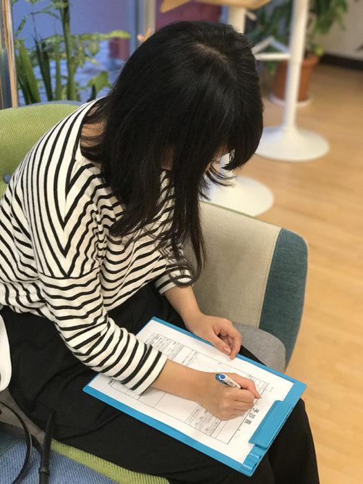 予診表を記入する患者